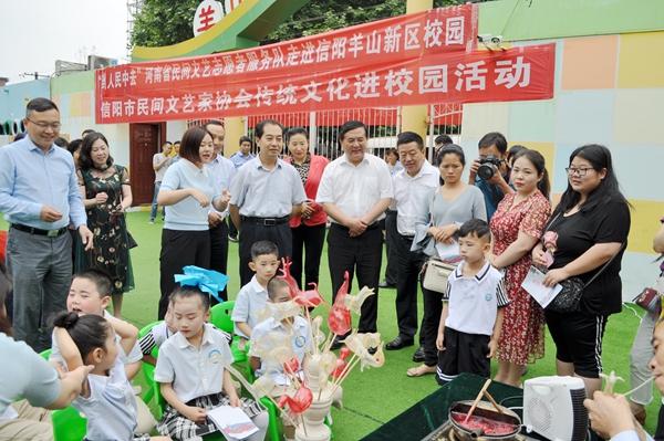 张明春走进羊山新区幼儿园与孩子们欢度